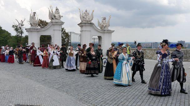 Obrázky z press-tripu  počas korunovačného sprievodu